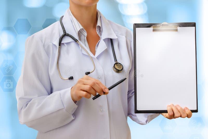 O doutor mostra a folha com o diagnóstico foto de stock