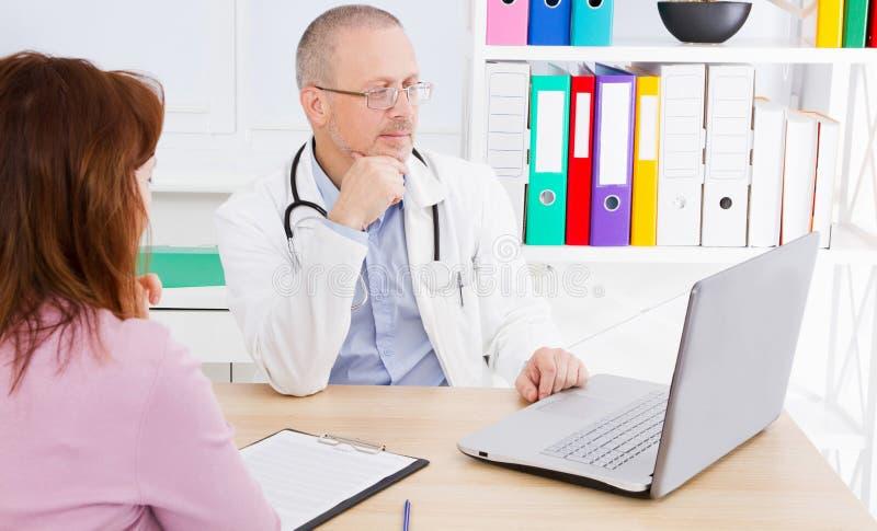 O doutor mostra a paciente fêmea os resultados de sua análise imagem de stock royalty free