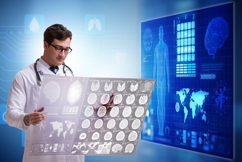 O doutor no conceito da telemedicina que olha a imagem do raio X ilustração royalty free