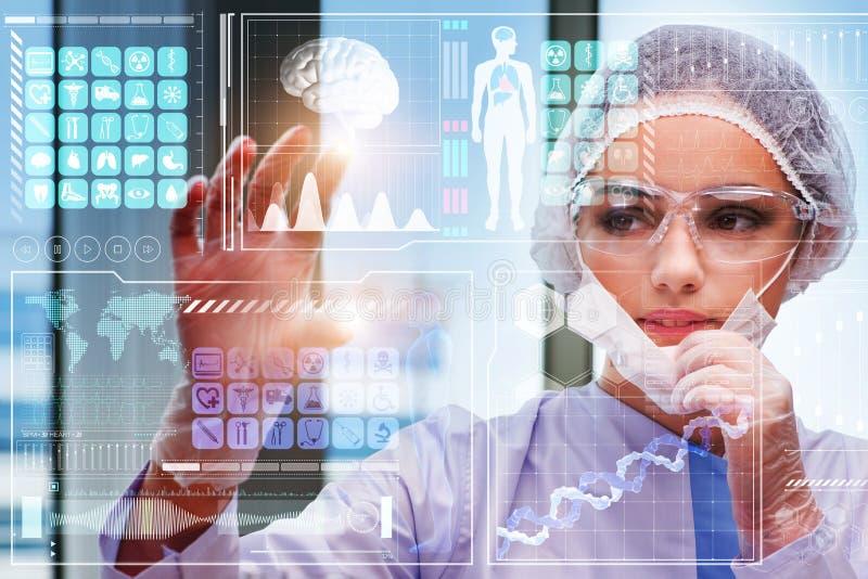 O doutor no conceito médico futurista que pressiona o botão fotos de stock royalty free
