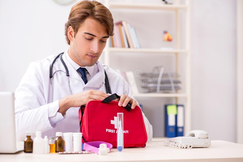 O doutor novo com kit de primeiros socorros no hospital imagens de stock