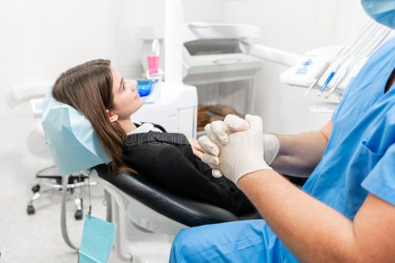 O doutor põe sobre as luvas de borracha O doutor trata os dentes Medicina, sa?de, conceito do stomatology Dentista Treating um pa foto de stock royalty free