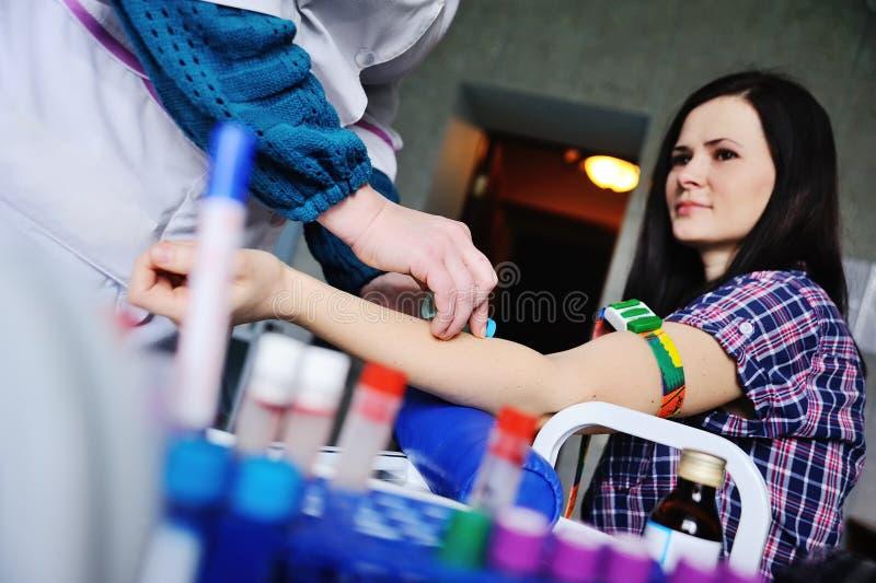 O doutor toma o sangue de uma veia no paciente imagem de stock