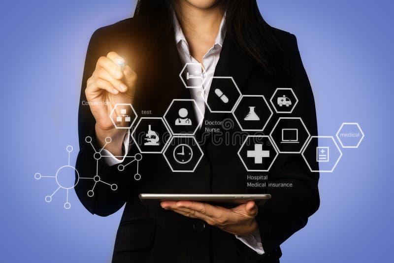 O doutor trabalha no doutor digital dos cuidados médicos da tabuleta foto de stock