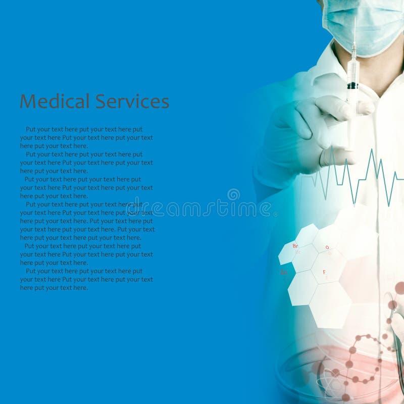 O doutor usa a seringa imagem de stock