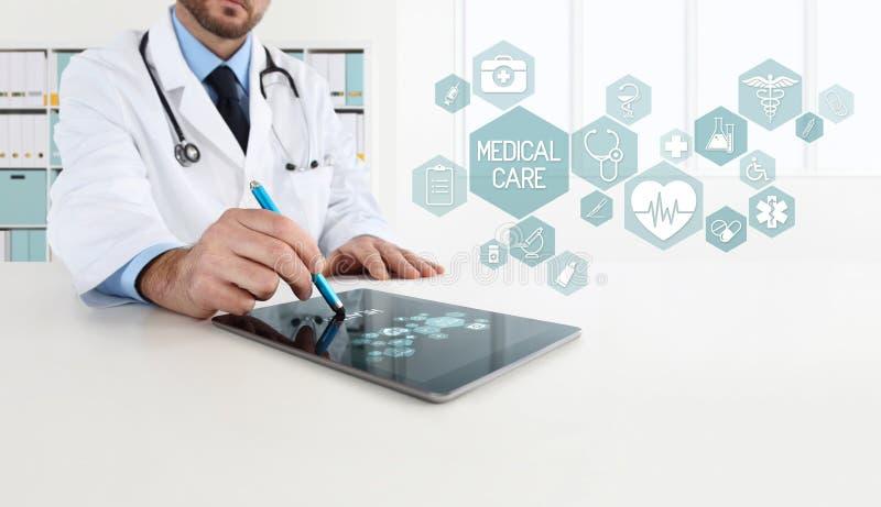 O doutor usa a tabuleta com ícones imagem de stock