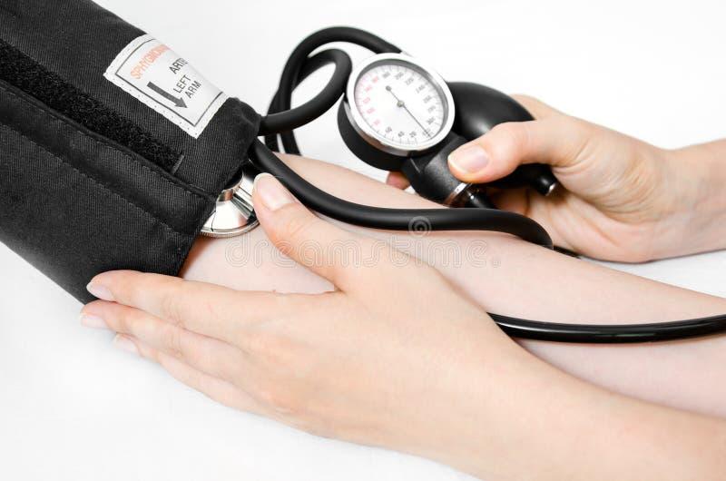 O doutor usa um sphygmomanometer imagem de stock