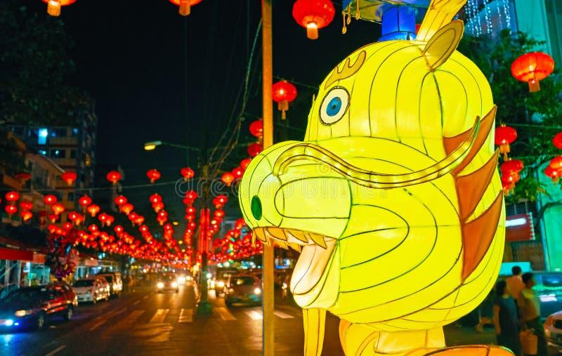 O dragão amarelo do festival em Yangon, Myanmar fotos de stock
