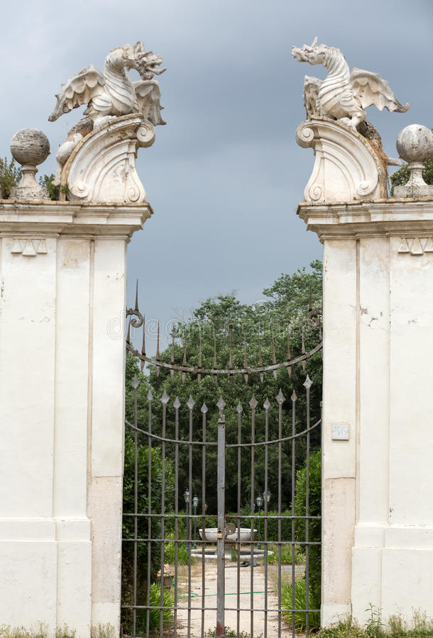 O dragão voado da casa de campo Borghese, Roma fotos de stock royalty free