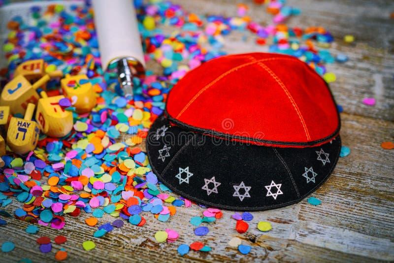 O dreidel de madeira judaico dos Yarmulkes de Kippahs para o Hanukkah em Torah e em um kippah igualmente chamou um yamolka imagens de stock royalty free