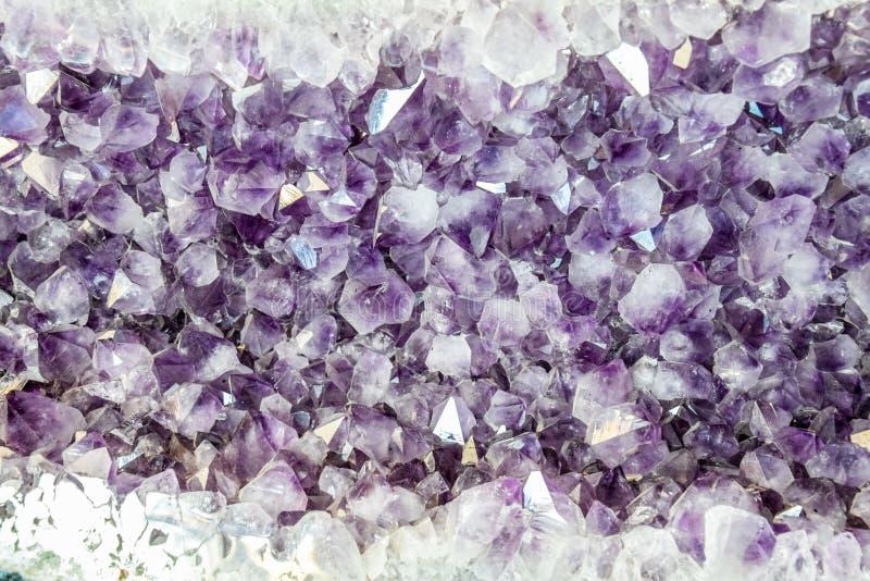 O druso da ametista, cristais da ametista fecha-se acima da vista imagens de stock royalty free