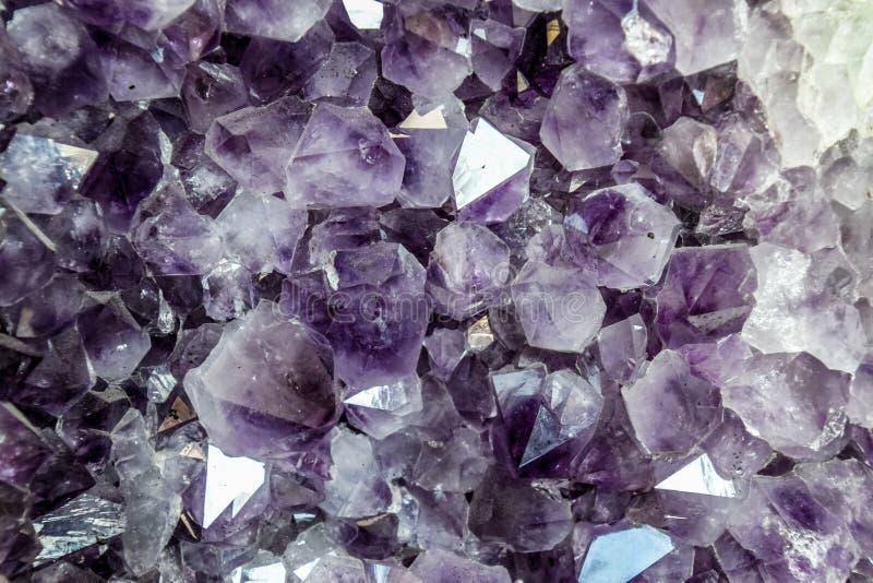 O druso da ametista, cristais da ametista fecha-se acima da vista fotos de stock