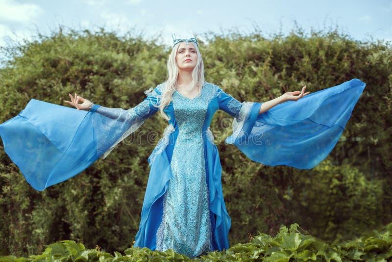 O duende da jovem mulher está na floresta e na vista acima imagens de stock royalty free