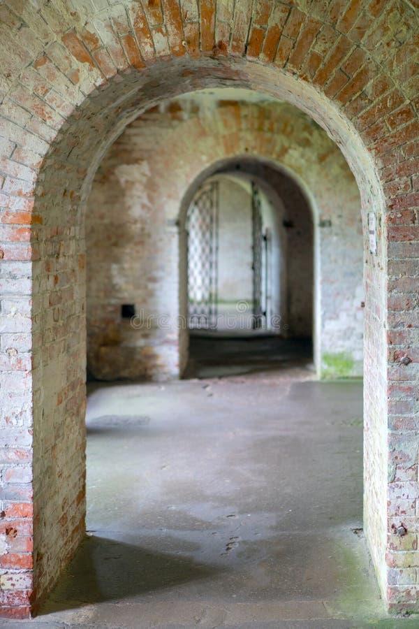 O Dungeon escuro do castelo velho do tijolo imagem de stock