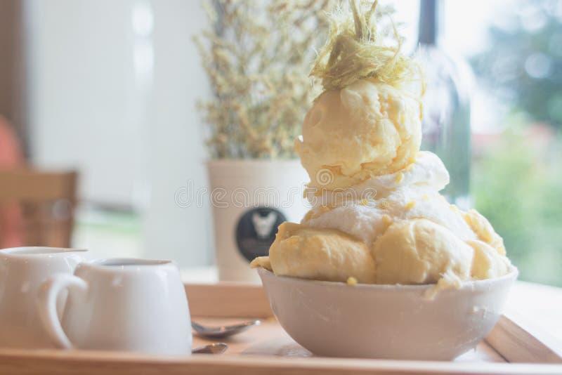 O durian da sobremesa de Bingsoo ou de Bingsu Coreia serviu com cobertura abrandada do leite condensado com algodão doce fotos de stock