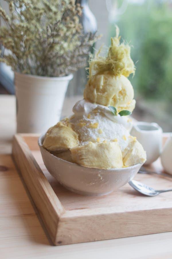 O durian da sobremesa de Bingsoo ou de Bingsu Coreia serviu com cobertura abrandada do leite condensado com algodão doce foto de stock