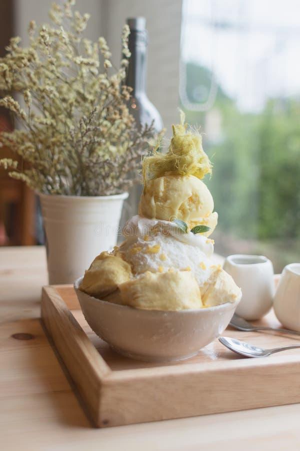 O durian da sobremesa de Bingsoo ou de Bingsu Coreia serviu com cobertura abrandada do leite condensado com algodão doce imagens de stock