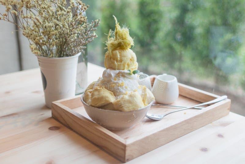 O durian da sobremesa de Bingsoo ou de Bingsu Coreia serviu com cobertura abrandada do leite condensado com algodão doce fotografia de stock royalty free