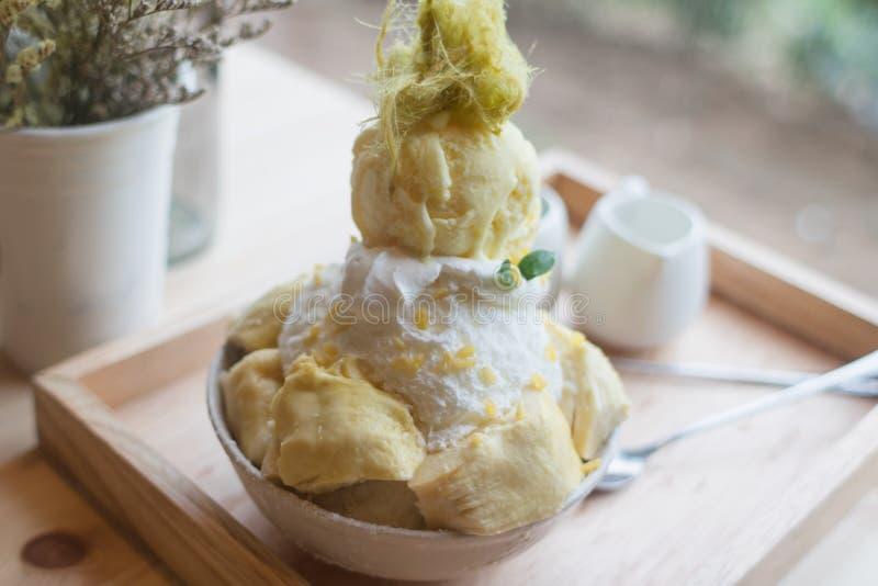 O durian da sobremesa de Bingsoo ou de Bingsu Coreia serviu com cobertura abrandada do leite condensado com algodão doce foto de stock royalty free
