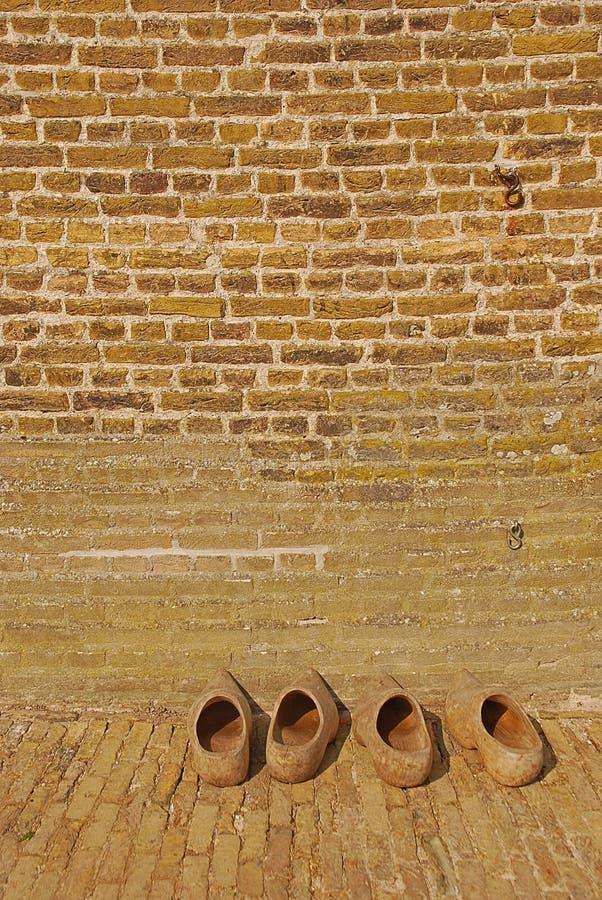 O Dutch de madeira obstrui-se fora da parede da casa do moinho de vento imagem de stock royalty free