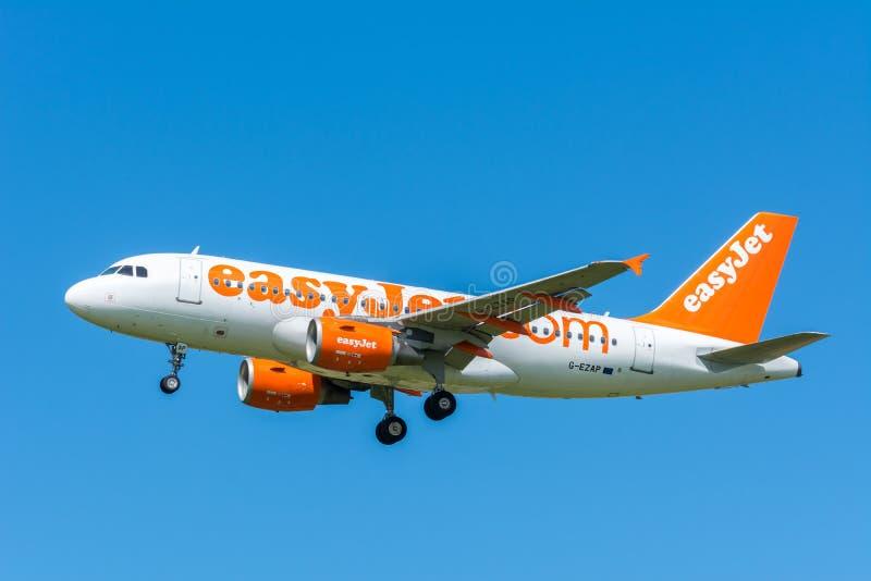 O easyJet G-EZAP Airbus A319-100 do avião está voando à pista de decolagem imagens de stock