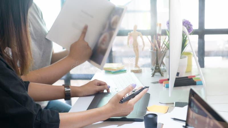 O editor que fala um plano para o compartimento edita a equipe fotos de stock royalty free