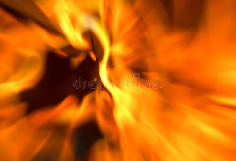 O efeito espetacular brilhante do borrão do fundo do fogo irradia a obscuridade imagem de stock royalty free
