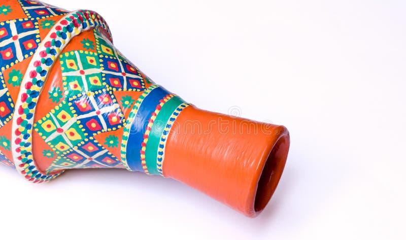 O egípcio decorou o vaso alaranjado da cerâmica no fundo branco imagens de stock