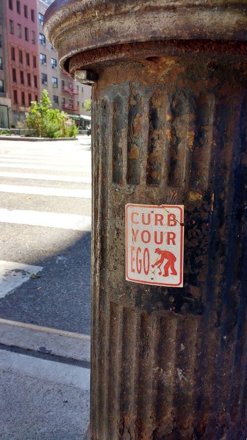 O ego, humor, limita seu ego, grafitti em uma boca de incêndio de fogo, NYC, NY, EUA fotos de stock royalty free