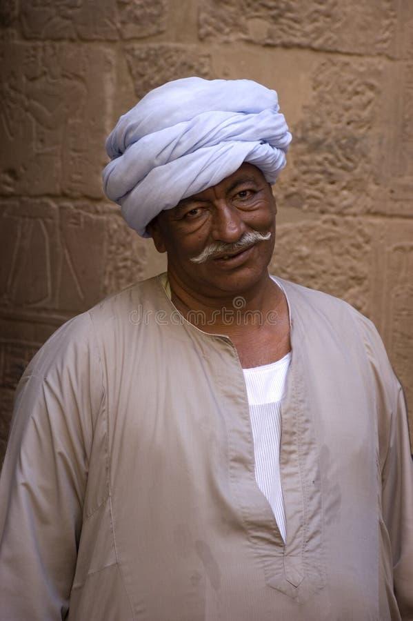 O Egyptian vestiu-se na roupa árabe tradicional imagens de stock