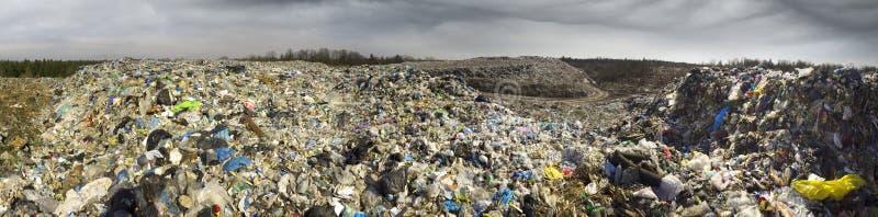 O eixo enorme de restos do tsunami ataca a floresta foto de stock royalty free