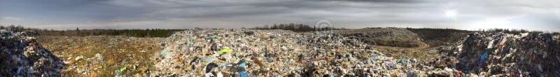 O eixo enorme de restos do tsunami ataca a floresta fotos de stock
