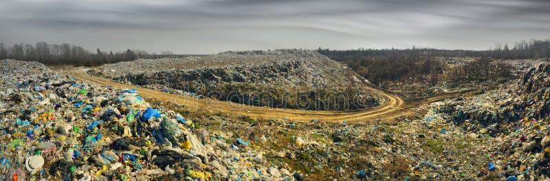 O eixo enorme de restos do tsunami ataca a floresta foto de stock