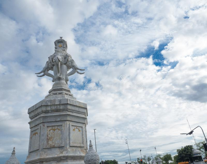 O elefante de mármore branco quatro dirigido, é o monumento dourado do jubileu de Rama IX, em 1996 ANÚNCIO erigido, na honra do r imagem de stock royalty free