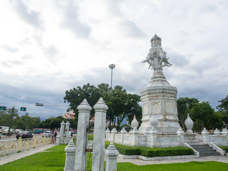O elefante de mármore branco quatro dirigido, é o monumento dourado do jubileu de Rama IX, em 1996 ANÚNCIO erigido, na honra do r imagem de stock