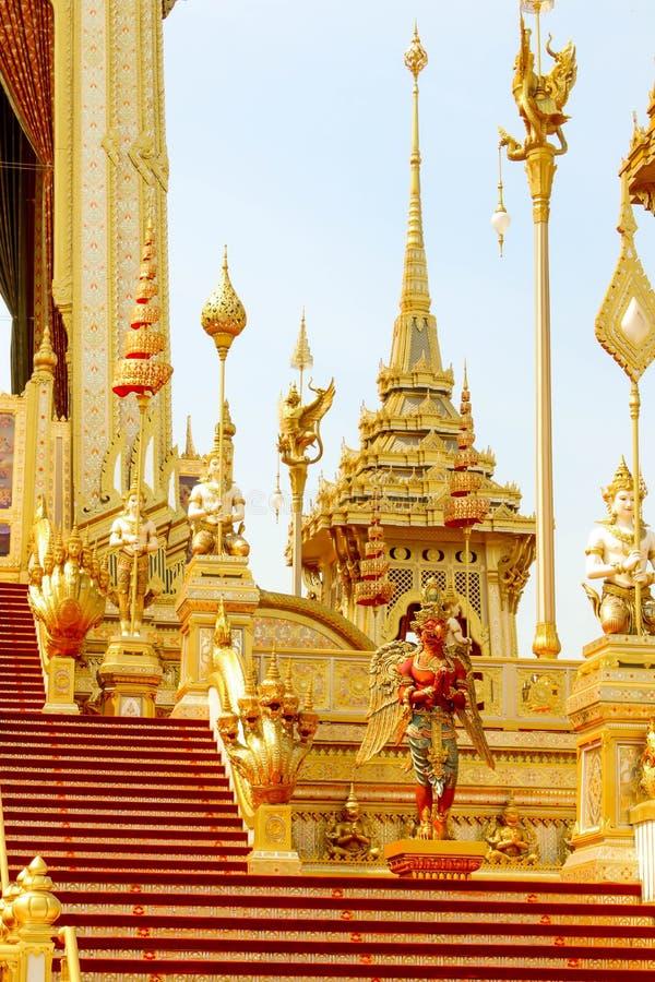 O elefante e a serpente em torno do crematório real em Tailândia no 4 de novembro de 2017 fotos de stock royalty free