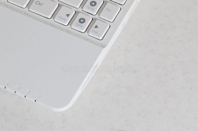 O elemento do netbook moderno compacto branco Foto com um fragmento do teclado de computador com os botões brancos lisos com cópi fotografia de stock