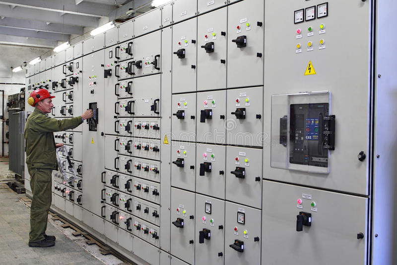O eletricista do coordenador comuta o equipamento do switchgear foto de stock royalty free