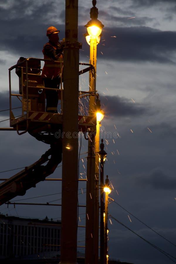 O eletricista repara a iluminação imagem de stock royalty free