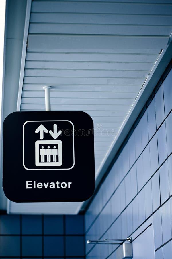 O elevador assina dentro um lugar público fotografia de stock