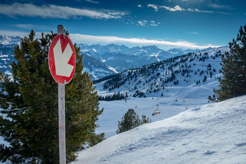 O elevador de cadeira toma-o através da área do esqui com céus azuis e inclinações brancas fotos de stock royalty free