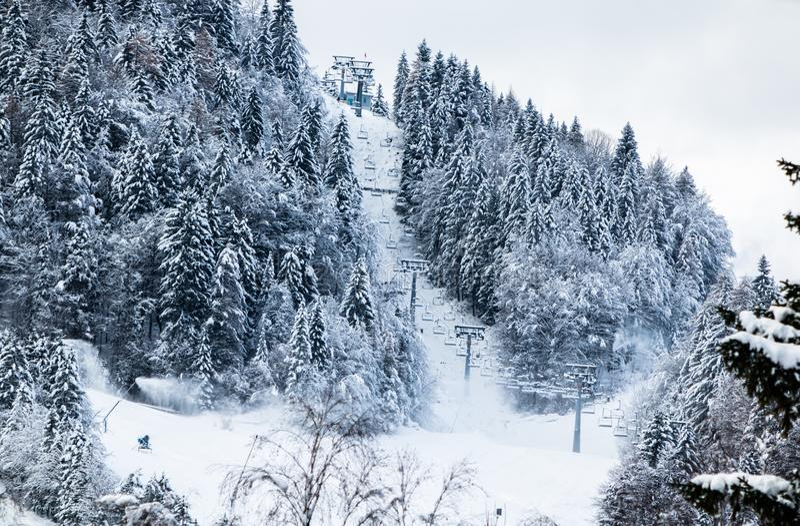 O elevador de esqui do cabo aéreo no esqui inclina-se no cenário do inverno em Julian Alps, Kranjska Gora, Eslovênia fotografia de stock