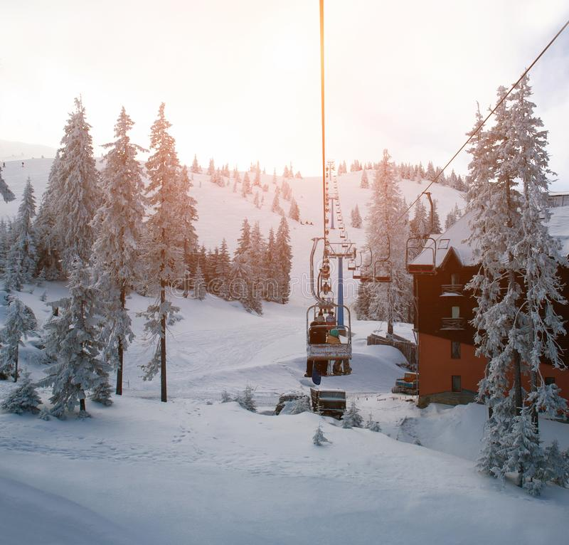 O elevador de esqui em montanhas do inverno ajardina árvores nevados do abeto vermelho do recurso imagem de stock