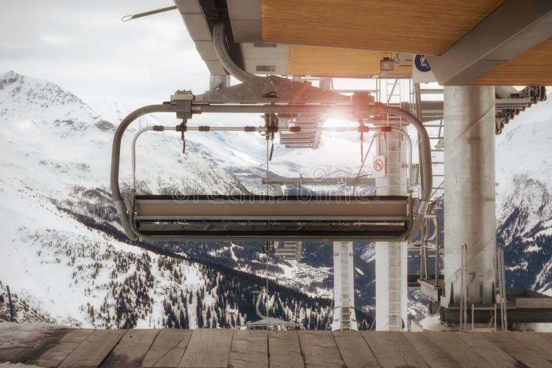 O elevador e a neve de esqui na luz solar no inverno temperam, em cumes franceses imagem de stock royalty free