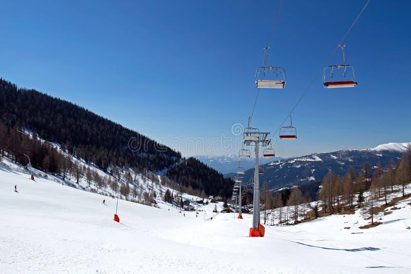 O elevador e o esqui de cadeira inclinam-se em Kleinkirchheim ruim imagem de stock royalty free