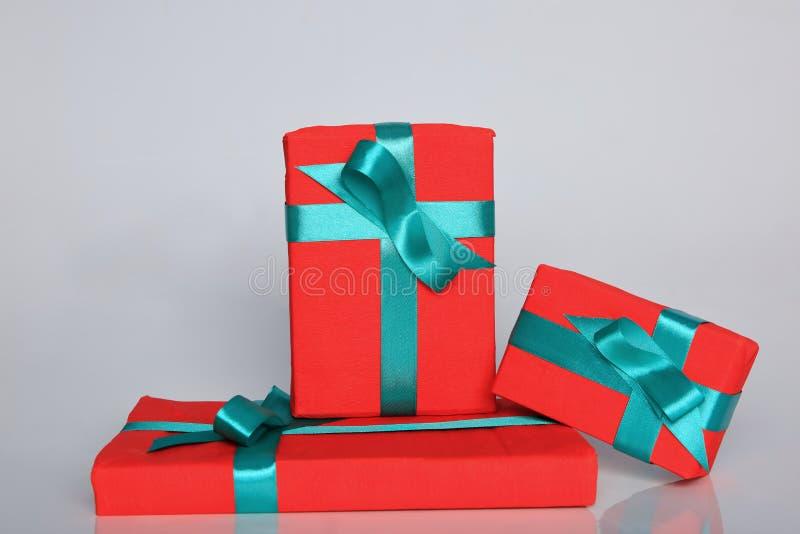 O empacotamento do presente pode ser de vários tamanhos e cores mas a alegria de recebê-los é sempre grande foto de stock royalty free