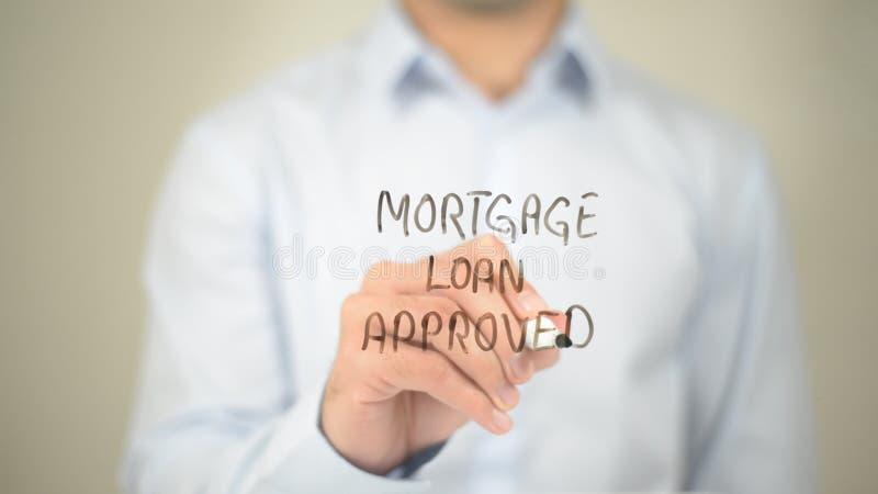 O empréstimo hipotecário aprovou, escrita do homem na tela transparente foto de stock royalty free