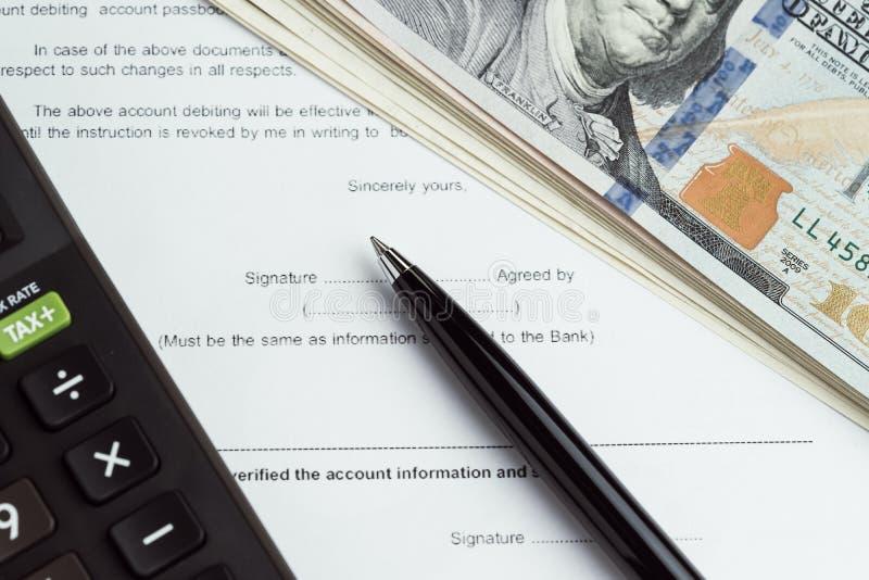 O empréstimo, a hipoteca, o débito ou a compra e a venda financeira do dinheiro contratam wi fotografia de stock