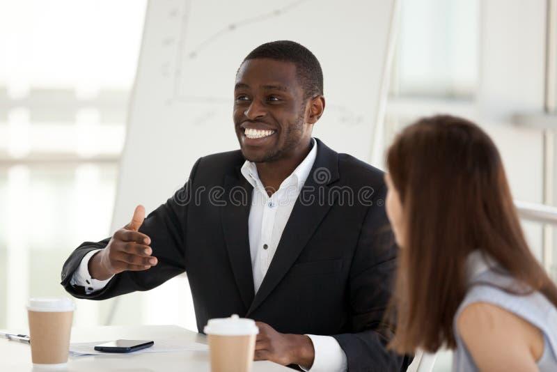O empregado afro-americano excitado fala-me emocional no negócio fotos de stock