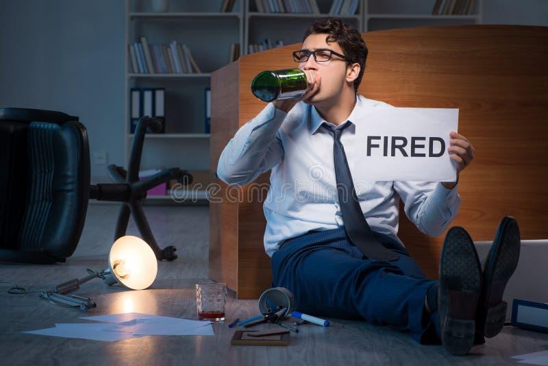 O empregado ateado fogo durante a crise que bebe no esforço e no desespero fotos de stock